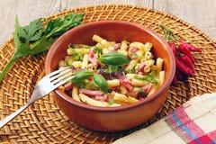 Teigwaren mit Gemüse und Schinken Stockfotos