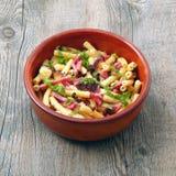 Teigwaren mit Gemüse und Schinken Stockfoto
