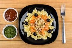 Teigwaren mit Hühnerfleisch, -tomaten und -oliven in der Platte Stockfotos