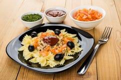Teigwaren mit Hühnerfleisch, -tomaten und -oliven in der Platte, Ketschup Stockbilder