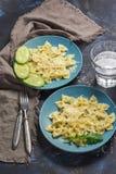 Teigwaren mit Käse Makkaroni werden in einer blauen Platte auf einem dunkelblauen Hintergrund gedient lizenzfreies stockfoto
