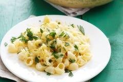 Teigwaren mit Käse- und Zitronenschale Stockfoto