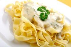 Teigwaren mit Käsesoße Lizenzfreies Stockfoto