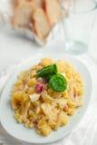 Teigwaren mit Kartoffeln Provola Käse und Speck Lizenzfreies Stockbild