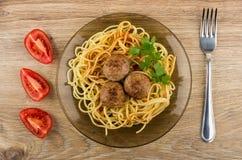 Teigwaren mit Ketschup, Fleischklöschen und Petersilie in der Platte, Tomaten Lizenzfreie Stockfotografie