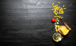 Teigwaren mit Käse, Olivenöl und Tomate Stockbild