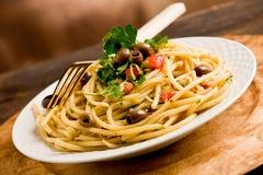 Teigwaren mit Oliven und Petersilie Lizenzfreies Stockbild