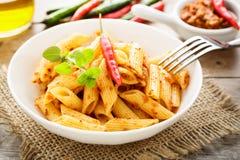 Teigwaren mit Paprika Pesto Stockfotos