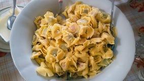 Teigwaren mit Pesto und Käse stockfotografie