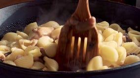 Teigwaren mit Pilzen in einer Wanne stock video