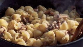Teigwaren mit Pilzen in einer Wanne stock footage