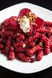 Teigwaren mit roten roten Rüben Käse und Walnüsse Stockfotografie
