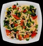 Teigwaren mit Salat in einer weißen Platte stockfotografie