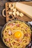 Teigwaren mit Speck, Ei und Käse Stockbild