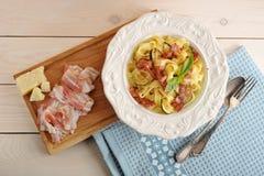 Teigwaren mit Speck, Zucchini und Käse in einer Schüssel Lizenzfreies Stockbild