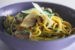 Teigwaren mit Spinat und Pilzen Stockbild