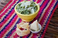 Teigwaren mit Spinats-Soße Lizenzfreie Stockfotos