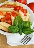 Teigwaren mit Tomate und Basilikum Stockbild