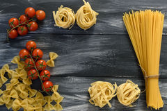 Teigwaren mit Tomaten lizenzfreie stockbilder