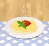 Teigwaren mit Tomatensauce und Basilikum auf einer Platte Lizenzfreies Stockfoto