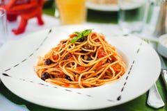 Teigwaren mit Tomatensouce und -oliven Stockbilder