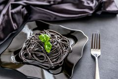 Teigwaren mit Weizenkeim und schwarzer Kopffüßertinte Stockfoto