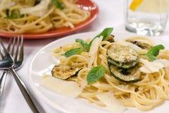 Teigwaren mit Zucchini Stockfoto
