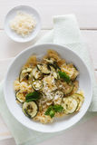Teigwaren mit Zucchini Stockbilder