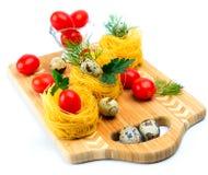 Teigwaren nisten mit Kirschtomaten und Wachteleiern lizenzfreie stockfotos