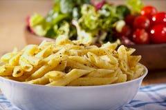 Teigwaren, Pesto und Salat Lizenzfreie Stockfotografie