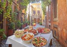 Teigwaren, Pizza und selbst gemachte Lebensmittelanordnung in einem Restaurant Rom stockfotografie
