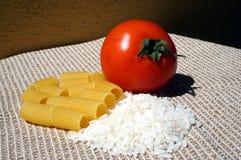 Teigwaren, Reis und Tomate stockbild