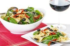 Teigwaren-Salat mit einzelner Umhüllung und Rotwein lizenzfreies stockbild