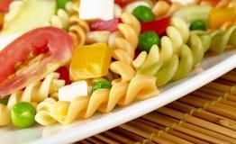 Teigwaren-Salat mit Gemüse Stockbilder