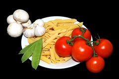 Teigwaren-Tomate-Knoblauch und Erbse Stockbild