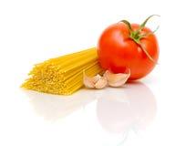 Teigwaren-, Tomate- und Knoblauchnelken auf Weiß Stockfotografie