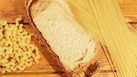 Teigwaren und Brot auf einem hölzernen Hintergrund stock video