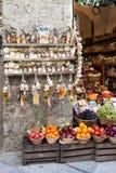 Teigwaren und Frucht im Lebensmittelgeschäft Lizenzfreie Stockfotografie