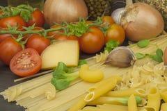 Teigwaren und Gemüse auf einem Holztisch dietätische Lebensmittel Stockfotografie