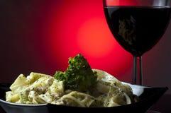 Teigwaren und Glas Wein Stockbild