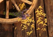 Teigwaren und Lavendel mit Wagenrad Lizenzfreie Stockfotografie