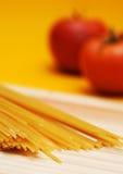 Teigwaren und Tomatehintergrund Stockbilder