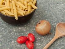 Teigwaren-, Zwiebel- und Kirschtomaten Lizenzfreies Stockbild