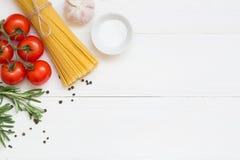 Teigwarenbestandteile, Spaghettis, Konzept auf weißem Hintergrund, Draufsicht lizenzfreie stockbilder