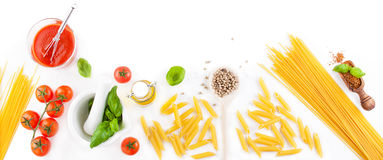 Teigwarenbestandteile - Tomaten, Olivenöl, Knoblauch, italienische Kräuter, frischer Basilikum und Spaghettis auf einem Hintergru Lizenzfreie Stockbilder