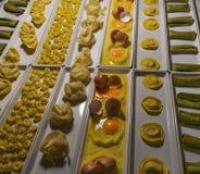 Teigwarenformvielzahl mit Ei schichtet nahe Ansicht auf Stockbild