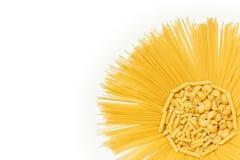 Teigwarenmischung in der Sonne formte Empfänger auf weißem Hintergrund Stockfotos