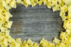 Teigwarenrahmen über Holz Stockfotografie