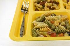 Teigwarensalat-Cafeteriatellersegmentdetail Stockbilder