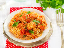 Teigwarenspaghettis mit Thunfisch, Kapriolen in der Tomatensauce Stockfotos